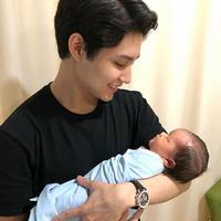 Pemeran yang juga anak artis senior Teuku Rasya mengungkapkan rasa bahagianya saat memiliki adik. Remaja 19 tahun itu baru saja dikaruniai adik laki-laki, Teuku Muhammad Razeen Pasya. (Instagram/teukurassya)