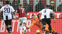 Kiper Juventus, Wojciech Szczesny, menggagalkan tendangan penalti penyerang AC Milan, Gonzalo Higuain, dalam laga pekan ke-12 Serie A, Minggu (12/11/2018). (AFP/Miguel Medina)