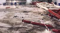 Sebuah crane roboh dan menimpa calon jemaah haji di Masjidil Haram, Mekah, Arab Saudi, Jumat (11/9/2015). Sebanyak 107 orang dilaporkan tewas, termasuk warga negara Indonesia. (AFP PHOTO / STR)