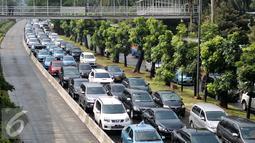 Imbas dari hujan yang melanda Jakarta, beberapa ruas jalan mengalami kemacetan, Jakarta, Selasa (30/8). Salah satu jalan yang mengalami kemacetan panjang ialah Jalan Jenderal Sudirman. (Liputan6.com/Yoppy Renato)