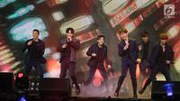 """Penampilan Boy Band Korea Selatan BTOB, dalam konser bertajuk """"BTOB in Jakarta 2018"""" di Jakarta, Jumat (21/09). Boy Band Korea Selatan BTOB membawakan 12 lagu salah satunya the feeling, movie dan someday.(Liputan6.com/ Herman Zakharia)."""