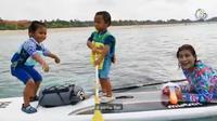 Menteri Kelautan dan Perikanan Susi Pudjiastuti sedang menikmati laut bersama kedua cucunya (Dok.Instagram/@susipujdiastuti15/https://www.instagram.com/p/ByjjBTXHADx/Komarudin)
