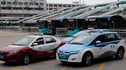 Armada taksi bertenaga listrik terlihat di kota Shenzhen, sebelah selatan China pada 7 Januari 2019. Taksi listrik di Shenzhen yang berjumlah lebih dari 20.000 akan mengurangi emisi karbon sebanyak hampir 850.000 ton per tahun. (AP/Vincent Yu)