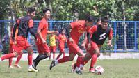 Sesi latihan Arema FC sebelum diliburkan karena kompetisi Shopee Liga 1 yang tertunda hingga awal 2021. (Bola.com/Iwan Setiawan)