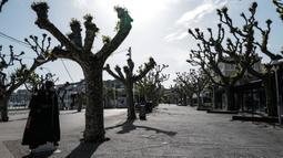 "Foto yang diabadikan pada 18 April 2020 ini menunjukkan jalan yang kosong di Cannes, Prancis. Salah satu festival film terbesar di dunia yang sedianya berlangsung pada 12-23 Mei 2020 ini tidak akan berlangsung dalam ""bentuk aslinya"" akibat pandemi COVID-19. (Xinhua/Serge Haouzi)"