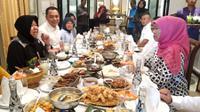 Wali Kota Surabaya Tri Rismaharini bertemu dengan Gubernur Jawa Timur (Jatim) terpilih Khofifah Indar Parawansa (Liputan6.com/Dian Kurniawan)