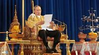 Dalam sambutannya, Raja Bhumibol menyampaikan pesannya pada segenap masyarakat Thailand agar bisa menjaga stabilitas negara. Hal itu penting demi keamanan Thailand (AFP Photo/Indranil Muherjee)