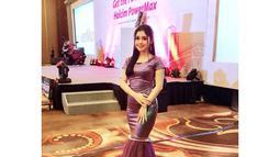Fashion Style ala Vivi Artika mengenakan gaun panjang berwarna ungu ini membuat ia semakin anggun. (Liputan6.com/IG/@viviartika)