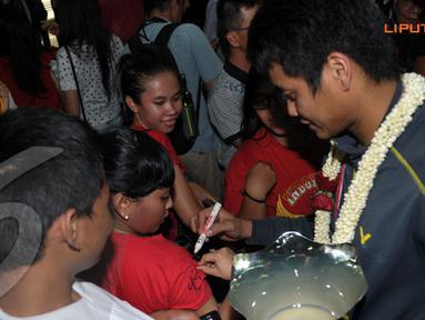 Tontowi Ahmad menyempatkan memberikan tanda tangan kepada para fans bulutangkis Indonesia (Liputan6.com/ Helmi Fithriansyah).