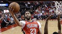 Pebasket New Orleans Pelicans, Anthony Davis, berusaha memasukan bola saat pertandingan melawan Houston Rockets pada laga NBA di Toyota Center, Minggu (25/3/2018). Rockets menang 114-91 atas Pelicans. (AP/Eric Christian Smith)