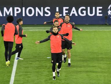 Gelandang Sevilla, Ivan Rakitic bersama rekan-rekannya melakukan pemanasan selama sesi latihan tim di Dortmund, Jerman (8/3/2021). Sevilla akan bertanding melawan Borrusia Dortmund pada leg kedua babak 16 besar Liga Champions di Signal Iduna Park. (AP Photo/Martin Meissner)