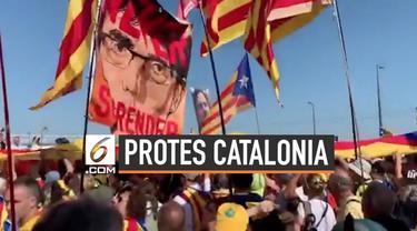 Sejumlah warga pendukung Catalonia berdemonstrasi di depan gedung Parlemen Uni Eropa sebagai dukungan terahadap Carles Puigdemont.
