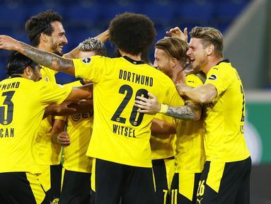 Pemain Borussia Dortmund merayakan gol yang dicetak Marco Reus ke gawang MSV Duisburg pada laga DFB-Pokal di Schauinsland-Reisen-Arena, Selasa (15/9/2020). Borussia Dortmund menang 5-0 atas MSV Duisburg. (AFP/Thilo Schmulgen/pool)