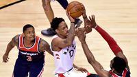 Guard Toronto Raptors DeMar DeRozan (tengah) melakukan penetrasi pada laga play-off NBA melawan Washington Wizards di Air Canada Centre, Selasa (17/4/2018) atau Rabu (18/4/2018) WIB. (AP/Frank Gunn)