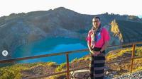 Pengunjung Taman Nasional Kelimutu saat mengenakan ragi (dok.instagram/@tamannasionalkelimutu/https://www.instagram.com/p/CJu_7YjnLKS/Komarudin)