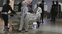 Petugas membawa Julia Perez alias Jupe ke ruang perawatan usai menjalani cuci darah di RSCM, Jakarta (21/4). Kondisi Jupe semakin menurun sejak penyakit gagal ginjal, karena itu ia harus menjalani tindakan medis cuci darah. (Liputan6.com/Herman Zakharia)