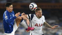 Gelandang Everton, James Rodriguez (kiri) berebut bola dengan bek Tottenham hotspur, Toby Alderweireld dalam laga lanjutan Liga Inggris 2020/2021 pekan ke-32 di Goodison park, Liverpool, Jumat (16/4/2021). Everton bermain imbang 2-2 dengan Tottenham. (AP/Peter Powell/Pool)