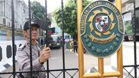 Personel kepolisian melakukan penjagaan di gerbang masuk Pengadilan Negeri Jakarta Selatan pada sidang pembacaan vonis terdakwa terorisme Aman Abdurrahman, Jumat (22/6). Polisi juga menyiagakan penembak jitu di beberapa titik. (Liputan6.com/Angga Yuniar)