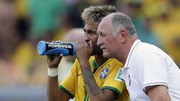 Pelatih Brasil, Luiz Felipe Scolari (kanan) memberikan instruksi kepada Neymar saat berlaga di babak 16 besar Piala Dunia 2014 di Stadion Mineirao, Belo Horizonte, (28/6/2014). (REUTERS/Sergio Perez)