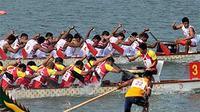 Tim perahu naga putra Indonesia (atas) melaju saat pertandingan babak final nomor 500m Straight Race putra di Zengcheng Dragon Boat Lake, Guangdong, China. (ANTARA)