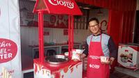 Yadi Purnama Alam (44), CEO Baso Aci Ciomy, tengah menunjukan dua varian baru baso aci Cimoy di gerai barunya Warung baso Aci Ciomy, Jalan Otista Tarogong Garut, Jawa Barat (Liputan6.com/Jayadi Supriadin)