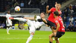 Penyerang Real Madrid Luka Jovic (kiri) melakukan tembakan ke gawang Mallorca pada jornada keenam La Liga Spanyol di Santiago Bernabeu, Kamis (23/9/2021) dini hari WIB. Real Madrid berpesta gol usai melibas Real Mallorca 6-1. (AP Photo/Manu Fernandez)