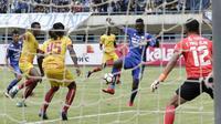 Striker Persib Bandung, Ezechiel Ndouassel, melepaskan tendangan ke gawang Sriwijaya FC pada laga Grup A Piala Presiden di Stadion GBLA, Bandung, Selasa (16/1/2018). Persib menang 1-0 atas Sriwijaya FC. (Bola.com/M Iqbal Ichsan)