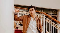 Harris Vriza juga Cowok ini juga tergabung dalam geng hits para artis muda The Gabuts. Di akun Instagramnya, ia pernah melakukan pemotretan dengan geng tersebut. Pria 26 tahun ini juga terlihat begitu akrab dengan para anggotanya. (Liputan6.com/IG/@harrisvriza)