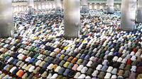 Umat muslim melaksanakan salat Jumat pertama pada bulan Ramadan 1439 H di Masjid Istiqlal, Jakarta, Jumat (18/5). Masjid Istiqlal selalu dipenuhi jamaah pada Shalat Jumat ketika bulan suci Ramadan. (Liputan6.com/Immanuel Antonius)