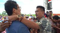 Seorang petani bawang di Brebes menangis saat bertemu calon wakil presiden Sandiaga Uno. (Foto; Tim Sandiaga)
