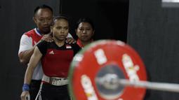 Lifter Lisa Setiawati bersiap melakukan angkatan pada SEA Games 2019 cabang angkat besi nomor 45 kg di Stadion Rizal Memorial, Manila, Minggu (1/12). Dirinya meraih perak dengan total angkatan 169 kg. (Bola.com/M Iqbal Ichsan)