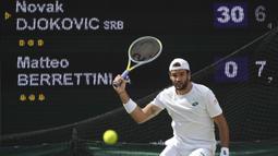 Pertarungan final antara Djokovic dan Berrettini berlangsung selama tiga jam. Pada set pertama, Berrettini mampu melakukan perlawanan sengit. Ia berhasil menutup set dengan kemenangan 7-6 (tie brake 7-4). (Foto: AP/Alberto Pezzali)