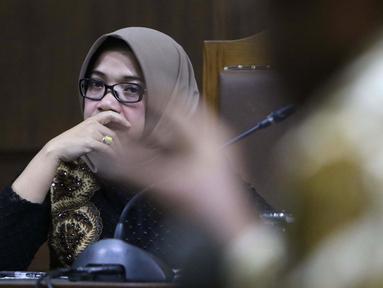 Terdakwa dugaan suap kesepakatan kontrak kerja sama pembangunan PLTU Riau-1, Eni Maulani Saragih menyimak keterangan saksi pada sidang lanjutan di Pengadilan Tipikor, Jakarta, Rabu (2/1). Tujuh saksi dihadirkan JPU KPK. (Liputan6.com/Helmi Fithriansyah)