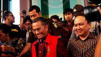 Dahlan Iskan usai pemeriksaan di Kantor Kejaksaan Tinggi Jawa Timur, Senin (31/10/2016). (Liputan6.com/Dian Kurniawan)