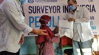 Surveyor Indonesia serahkan bantuan bagi masyarakat terdampak Covid-19 (dok: Surveyor Indonesia)