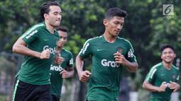Pemain Timnas Indonesia U-23, Ezra Walian melakukan pemanasan saat mengikuti latihan di Stadion Madya, Jakarta, Kamis (14/3). Latihan ini merupakan persiapan jelang Kualifikasi Piala AFC U-23. (Bola.com/Vitalis Yogi Trisna)