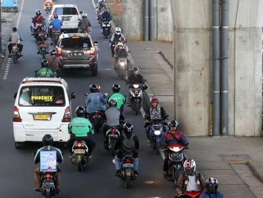 Sejumlah pengendara sepeda motor melawan arus lalu lintas di Jalan Ciledug Raya, Jakarta, Kamis (5/4). Perilaku kurang disiplin pengendara motor ini kerapkali menjadi salah satu penyebab kemacetan dan kecelakaan di jalan raya. (Liputan6.com/Arya Manggala)