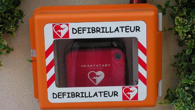 Alat kejut jantung (defibrillator) untuk pertolongan darurat mengatasi serangan jantung. (Sumber Wikimedia Commons)