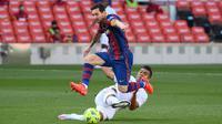 Penyerang Barccelona, Lionel Messi, berebut bola dengan gelandang Real Madrid, Casemiro,  pada laga lanjutan Liga Spanyol di Camp Nou Stadion, Sabtu (24/10/2020) malam WIB. Real Madrid menang 3-1 atas Barcelona. (AFP/Lluis Gene)