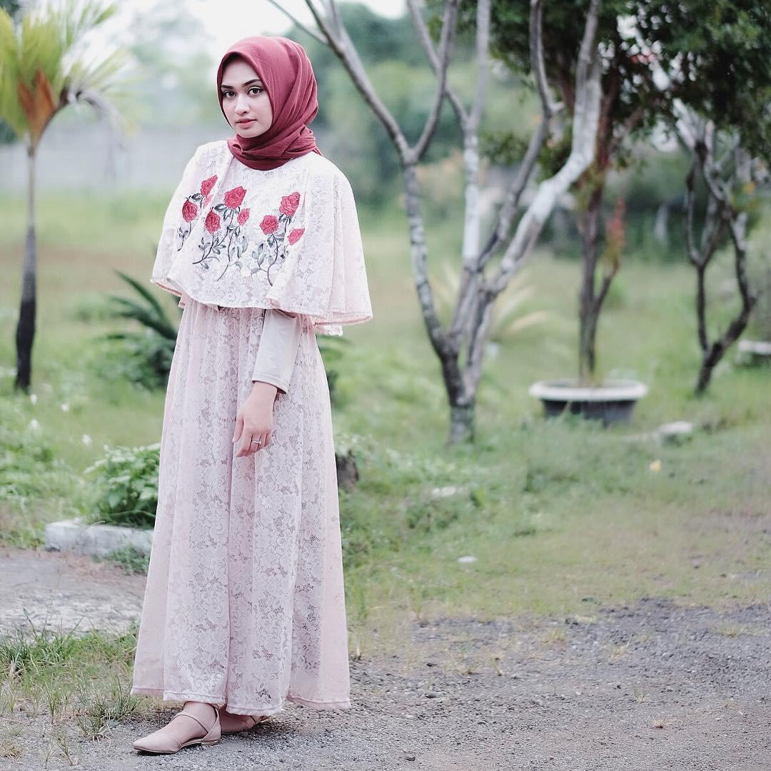 Detail embroidery pada dress model cape ini bikin penampilan hijab kamu feminin. (sumber foto: @shellaalaztha/instagram)