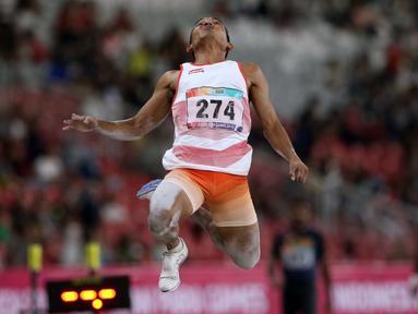 Atlet para atletik Indonesia, Rasyidi saat melakukan lompatan pada lomba lompat jauh T44, T62/T64 putra Asian Para Games 2018 di Stadion Utama Gelora Bung Karno, Jakarta, Jumat (12/10). Rasyidi meraih perunggu. (Liputan6.com/Helmi Fithriansyah)