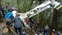 Kondisi pesawat Dimonim Air PK-HVQ yang jatuh di Oksibil, Pegunungan Bintang, Papua. (dok Humas Polda Papua)