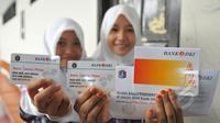 Siswi menunjukan KJP usai menerimanya di SMK 56 Pluit, Jakarta (21/5/2015). Pemprov DKI Jakarta bekerjasama dengan Bank DKI memberikan pelayanan dengan metode transaksi elektronik atau non-tunai untuk pencairan dana KJP. (Liputan6.com/Herman Zakharia)