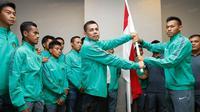 Plt Ketum PSSI, Hinca Panjaitan, memberikan simbolisasi bendera saat pelepasan timnas Indonesia U-19  menuju Piala AFF U-19 2016 di Hotel Ibis Style, Tanggerang, Banten, Jumat (9/9/2016). (Bola.com/Vitalis Yogi Trisna)