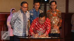 Menkeu Bambang Brodjonegoro menandatangani kontrak kerjasama penunjukan bank persepsi saat sosialisasi Tax Amnesty di Jakarta, Kamis (21/7). Penandatanganan tersebut merupakan pendukung utama dari program tax amnesty.(Liputan6.com/Angga Yuniar)