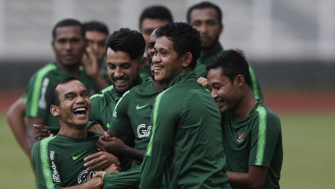 Pemain Timnas Indonesia, Riko Simanjuntak, tertawa saat latihan di Stadion Madya, Jakarta, Senin (21/3). Latihan ini persiapan jelang laga persahabatan melawan Myanmar. (Bola.com/M. Iqbal Ichsan)