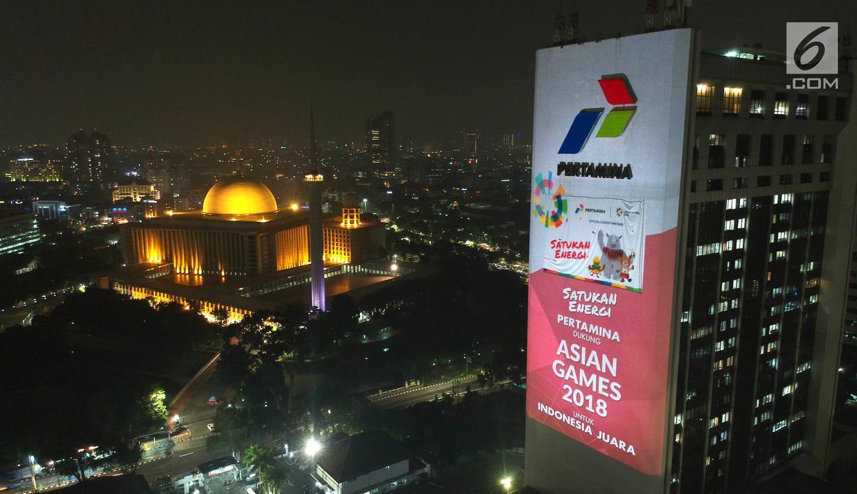 Foto aerial video mapping atau layar bergerak yang bertema Asian Games di Gedung Utama Pertamina, Jakarta, Kamis (5/7). Video mapping tersebut salah satu terobosan Pertamina untuk membantu mensosialisasikan Asian Games. (Liputan6.com/Arya Manggala)