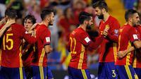 Pemain timnas Spanyol, Isco merayakan gol dengan Gerard Pique usai membobol gawang Albania dalam laga Grup G Kualifikasi Piala Dunia 2018 di Stadion Jose Rico Perez, Jumat (6/10). Satu gol Isco mewarnai kemenangan Spanyol 3-0. (AP/Alberto Saiz)
