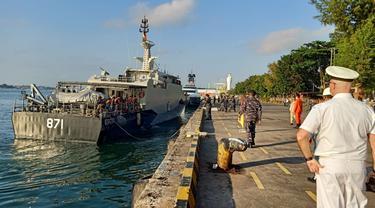 KRI Yos Sudarso-353 bertugas melaksanakan pengawalan terhadap HMAS ANZAC, sedangkan KRI Escolar-871 digunakan untuk menerima ABK KM. Bandar Nelayan-188 yang dipindahkan dari kapal HMAS ANZAC (TNI AL)