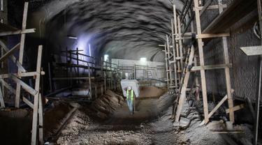 Pekerja berjalan dalam lokasi proyek pembangunan kompleks pemakaman bawah tanah di Yerusalem, Minggu (18/8/2019). Pemakaman yang terletak di bawah sebuah gunung di pinggiran Yerusalem tersebut memiliki luas 1 mil (1,5 kilometer). (AP Photo/Oded Balilty)